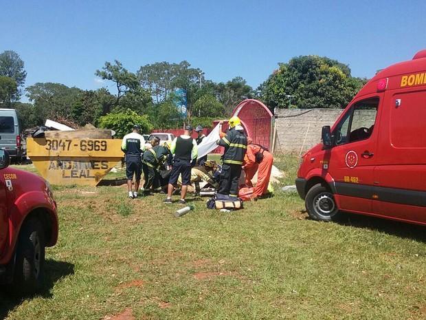 Bombeiros prestam socorro a professor da UnB que passou mal enquanto dirigia e bateu carro; homem não resistiu e morreu (Foto: Bárbara Nascimento/G1)
