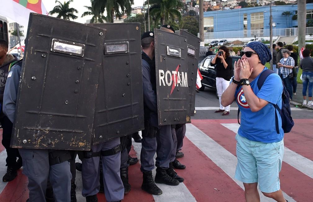 Manifestante em frente a polícia, no protesto perto da Rodoviária de Vitória (Foto: Fernando Madeira/ A Gazeta)