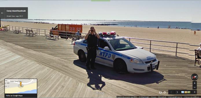Policial tira uma foto do carro do Google Street View no exato momento que tem sua imagem capturada pelo serviço de mapas (Foto: Reprodução/Google)