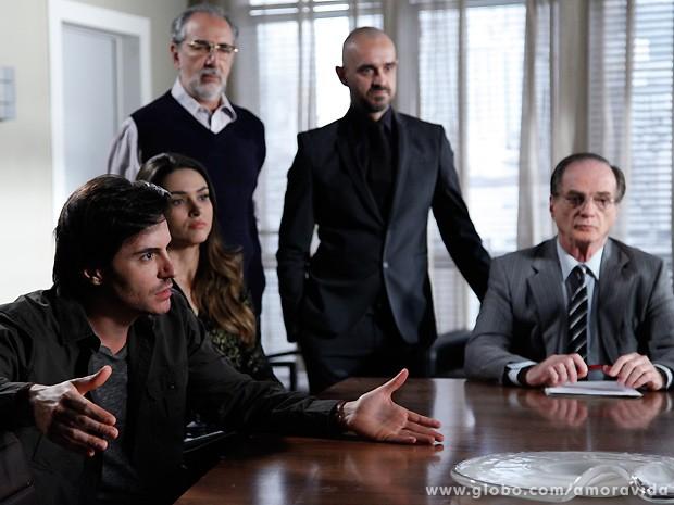Thales e Leila ficam atõnitos ao descobrirem que há alguém contestando o testamento (Foto: Amor à Vida / TV Globo)