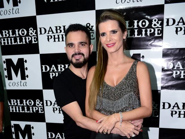 Luciano ea mulher, Flávia, em show em Goiânia, Goiás (Foto: Francisco Cepeda/ Ag. News)
