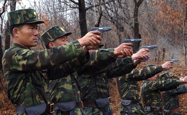 Soldados norte-coreanos fazem teste com armas em localização não divulgada (Foto: KCNA/Reuters)