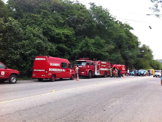 Bombeiros de Pedra de Guaratiba foram para o local do acidente, nesta quarta (21) (Foto: Janaína Carvalho/G1)