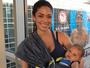 Perto de completar dois meses, bebê de Phelps vai à piscina torcer pelo pai