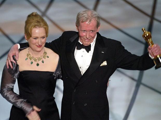 Peter O'Toole recebe o Oscar honorário em 2003, ao lado da atriz Meryl Streep (Foto: AFP PHOTO/TIMOTHY A. CLARY )
