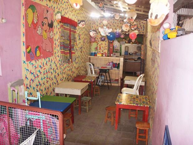 Uma das escolas apresentadas funciona em um corredor lateral da residência da proprietária (Foto: Daniel Peixoto/G1)