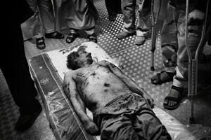 O corpo do ditador Muammar Kadhafi é retratado por Mauricio em um frigorífego depois de sua morte (uso único, não reaproveitar) (Foto: Mauricio Lima)