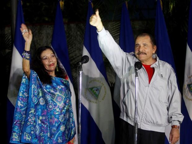 O presidente da Nicarágua, Daniel Ortega, acena para jornalistas ao lado de sua mulher, Rosario Murillo , após votar (Foto: REUTERS/Oswaldo Rivas)
