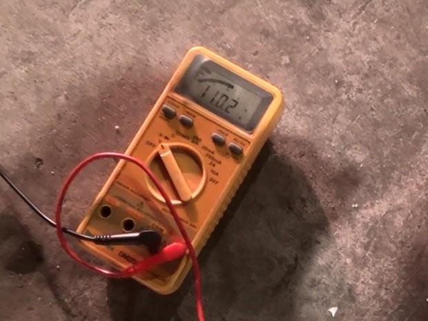 Multímetro marcou 110 volts em poste de luz na Faria Lima, tensão elétrica de uma tomada doméstica. (Foto: Ana Leonardi/G1)
