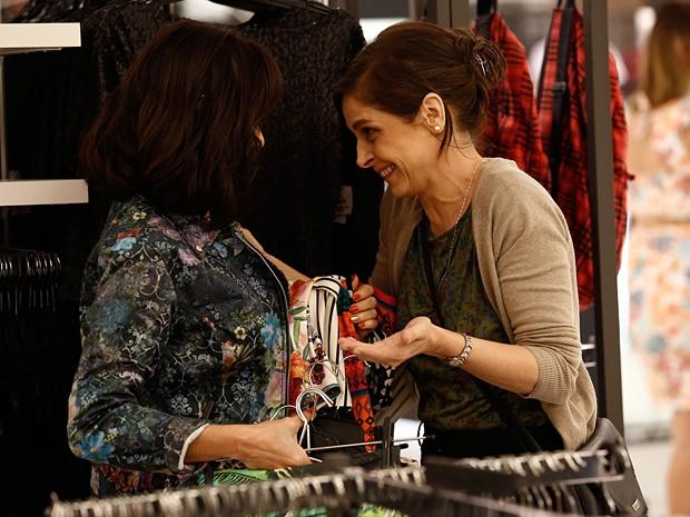 Essa é boa! Cora sabe muito bem ser simpática quando lhe interessa (Foto: Fábio Rocha/TV Globo)