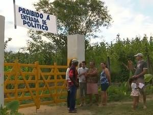 Faixa com proibição está na entrada do sítio (Foto: Reprodução/TV Cabo Branco)