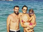 Alessandra Ambrósio aparece de biquíni curtindo o dia em família
