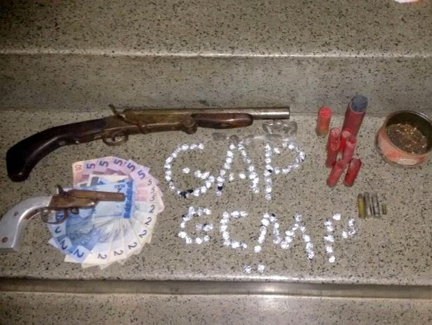 Armas, munições, dinheiro e drogas apreendidas com jovem em Piracicaba  (Foto: Divulgação/Guarda Municipal)
