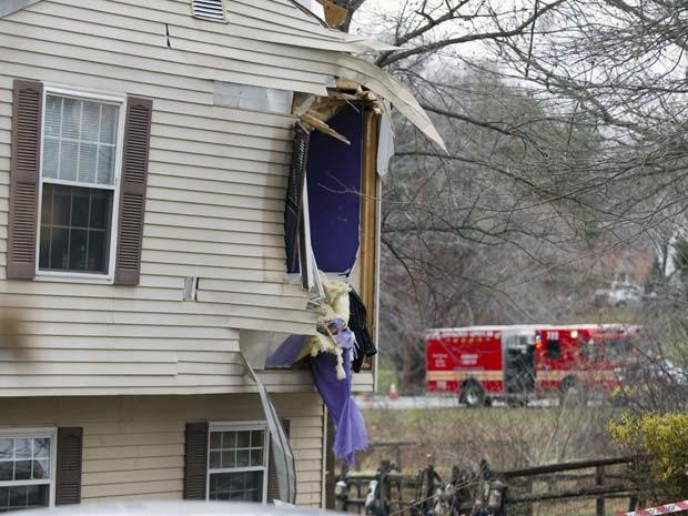 Janela de casa em Gaithersburg fica danificada após a queda de um avião nesta segunda-feira (8) (Foto: AP Photo/Jose Luis Magana)