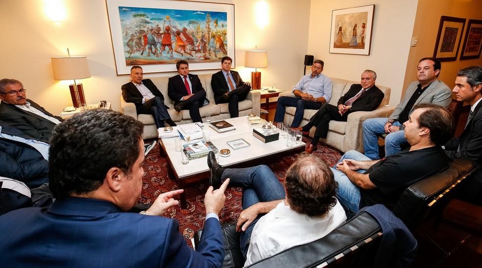 O presidente Michel Temer (dir), durante encontro com deputados na residência oficial de Rodrigo Maia (Foto: Alan Santos/PR)