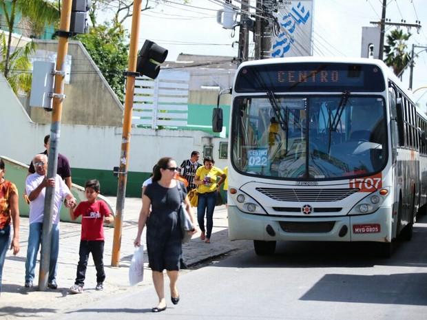 Ônibus estão parados na Avenida Fernandes Lima (Foto: Jonathan Lins/G1)