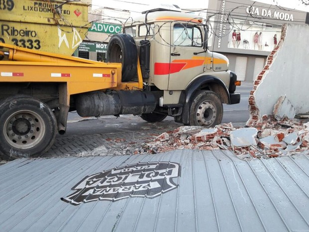 Muro da delegacia ficou totalmente destruído  (Foto: Filipe Rosa/RPC)