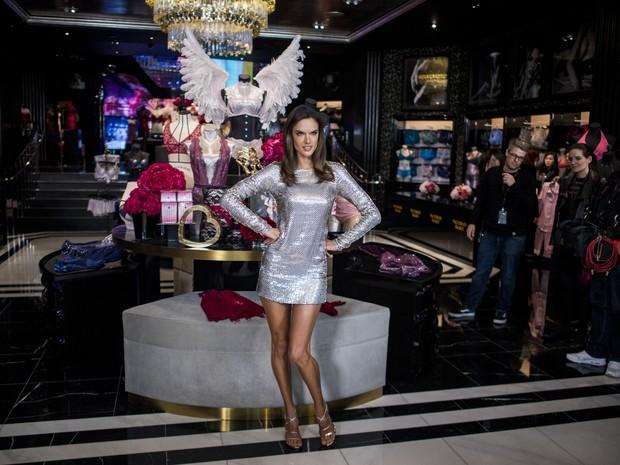 Alessandra Ambrósio em inauguração de loja em Xangai, na China (Foto: Johannes Eisele/ AFP)