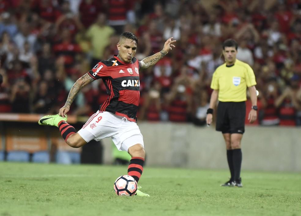Guerrero em ação pela Libertadores: em 2017, ele marcou nove gols - sete pelo Fla e dois por sua seleção (Foto: André Durão )
