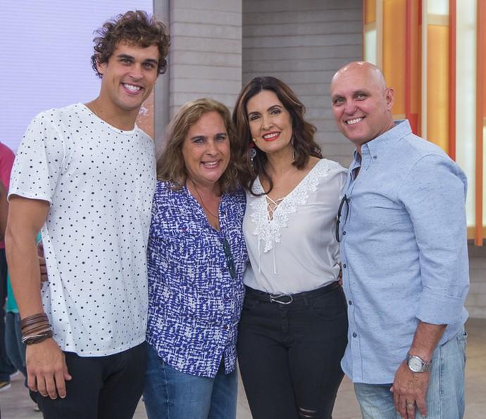 Fátima Bernardes posa com o ator Felipe Roque e seus pais no 'Encontro' (Foto: Artur Meninea/Gshow)