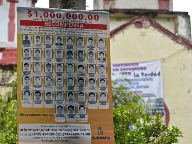 Pôster com fotos dos 43 estudantes desaparecidos, que anuncia recompensa por informações sobre os jovens, é visto em poste na cidade de Cocula, em Guerrero, no México (Foto: AFP Photo/Ronaldo Schemidt)
