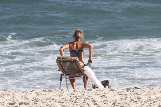 Christine Fernandes na praia da Barra da Tijuca, RJ (Foto: Wallace Barbosa/AgNews)