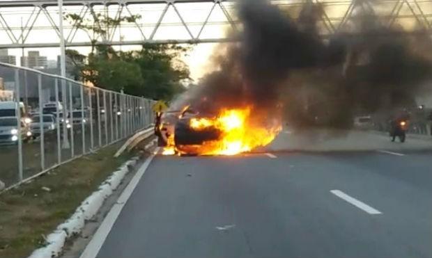 Carro pegou fogo na BR-101, em Natal (Foto: Marksuel Figueredo/Inter TV Cabugi)