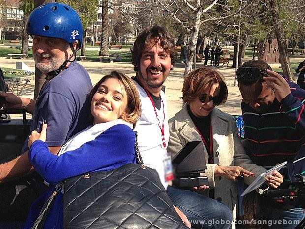 Sophie Charlotte se diverte durante intervalo com a equipe (Foto: Sangue Bom / TV Globo)