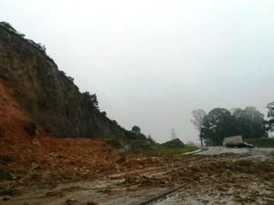BR-282 em Lages teve via interditada por queda de barreira e lama na pista (Foto: PRF/Divulgação)