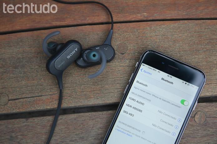 Fone conectado via Bluetooth no iPhone 6 (Foto: Ana Marques/TechTudo)