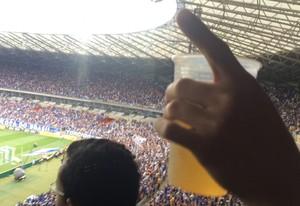 Torcedores são flagrados bebendo cerveja em local proibido, no clássico entre Cruzeiro e Atlético-MG, no Mineirão (Foto: Maurício Paulucci)