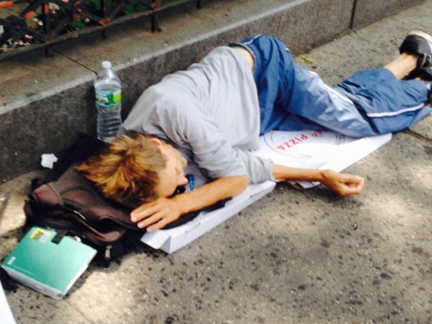 William Preston King é fotografado dormindo sobre caixas de pizza em rua de Nova York (Foto: Reprodução/Twitter/Sergeant Benevolent Association)