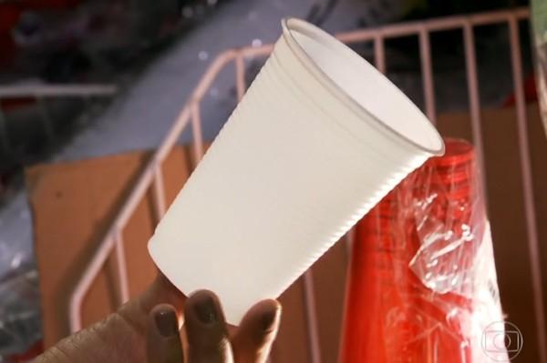 Produção de copo de plástico gasta mais água do que lavar copo de vidro (Foto: Reprodução/TV Globo)