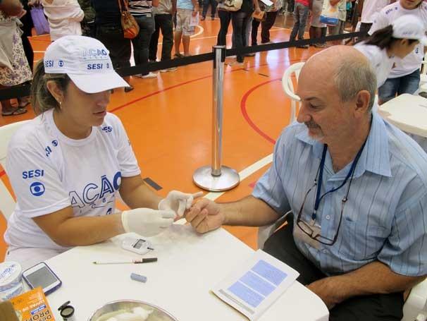 Ação Global de Osasco: o público pode conferir a taxa de glicose com um simples furinho no dedo (Foto: Divulgação/Teresa Tavares)