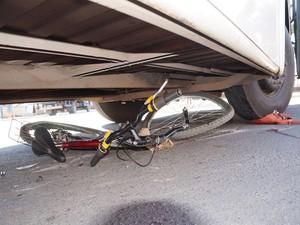 Ciclista é atropelado em Oliveira (Foto: Marcelo Praxesdes/Divulgação)
