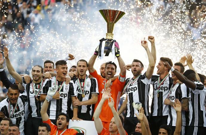Buffon ergue o troféu de campeão italiano para o Juventus (Foto: REUTERS/Stefano Rellandini)