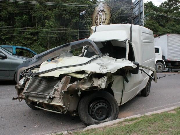 Motorista da carro teve ferimentos pelo corpo (Foto: Jamile Alves/G1 AM)