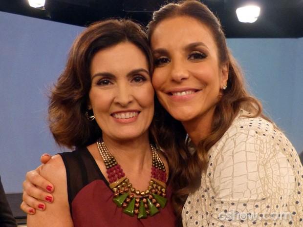 Fátima e Ivete se abraçam nos bastidores (Foto: Encontro / TV Globo)