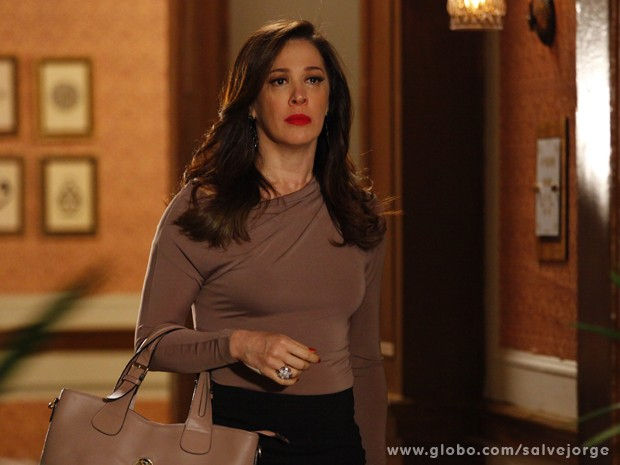 Lívia não acredita quando vê Théo e Morena juntos novamente (Foto: Salve Jorge/TV Globo)