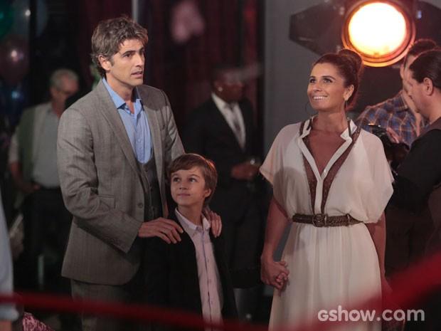 Cadu não fica tão impressionado pelas fotos de Clara (Foto: Felipe Monteiro/TV Globo)