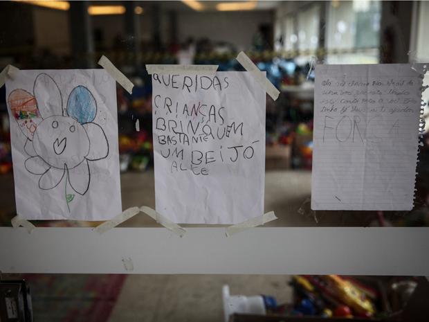 Câmara virou 'playground' para as crianças da região, que ficam escalando as montanhas de roupas doadas (Foto: Fabio Tito/G1)