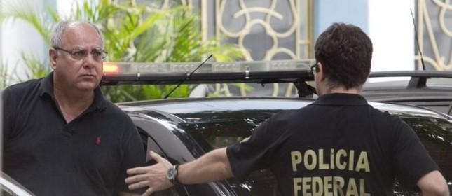 O ex-diretor de serviço da Petrobras, Renato Duque chega a sede da Polícia Federal no Rio (Foto: Márcia Foletto / Agência O Globo)