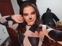 Anitta se veste de gatinha para se apresentar em bloco em Minas Gerais