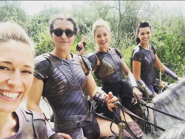 Doutzen com as colegas amazonas nos bastidores das gravações de Mulher Maravilha (Foto: Reprodução/Instagram)