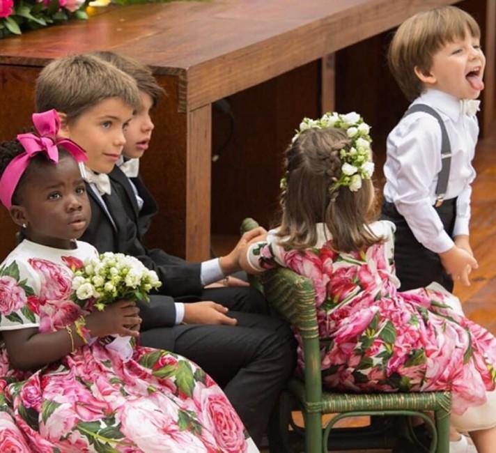 Atenta e comportada, Títi assiste à cerimônia do casamento (Foto: Reprodução/Instagram)