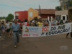Mais de 200 professores do município e do estado vão às ruas em Araguaína (Foto: Reprodução/TV Anhanguera)