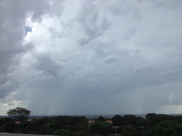 Céu de Campo Grande na tarde desta sexta-feira (26) (Foto: Glaucea Vaccari/G1 MS)