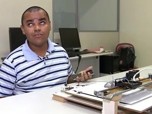 Claiton testa impressora em braile (Foto: Reprodução/RBS TV)