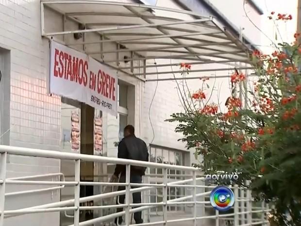 Agência em Rio Preto amanheceu com as portas fechadas (Foto: Reprodução / TV TEM)