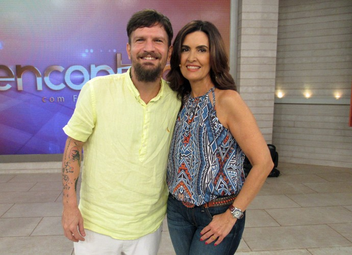 O cantor Saulo com a apresentadora depois do programa  (Foto: Carolina Morgado/Gshow)